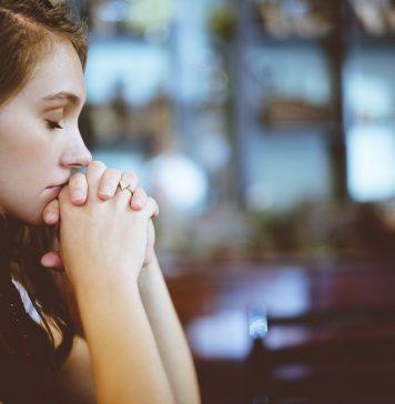 femeie care se roaga